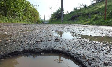 Gropile din drumurile județene defectează microbuzele școlare