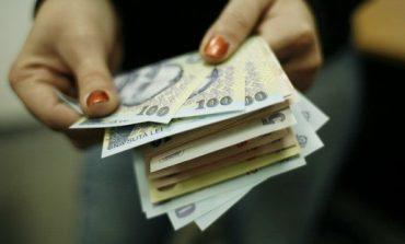 Dascălii de la Moldova Nouă îşi pot lua salariile