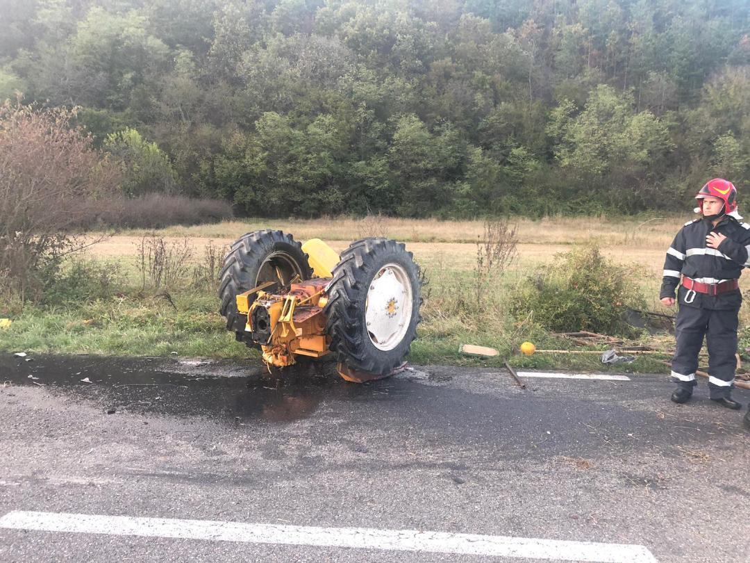 Tractor rupt în două în urma unui accident lângă Goruia