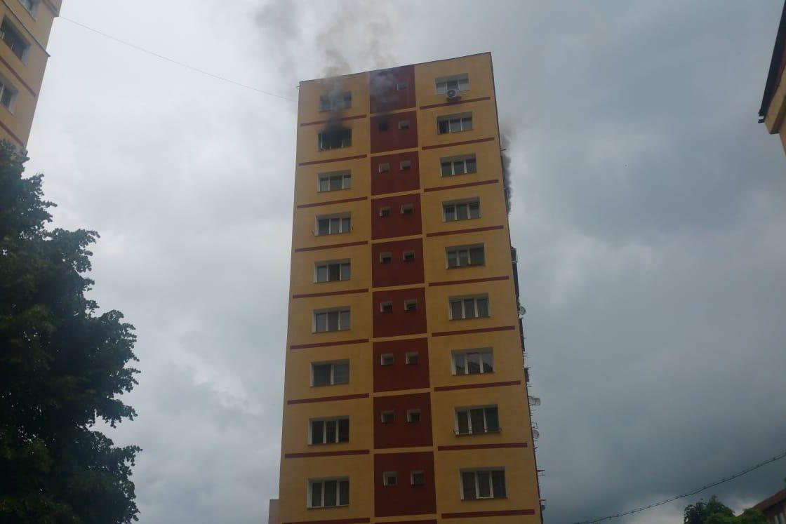 Locatarii dintr-un bloc cu zece etaje din Reşiţa, evacuaţi din cauza unui incendiu