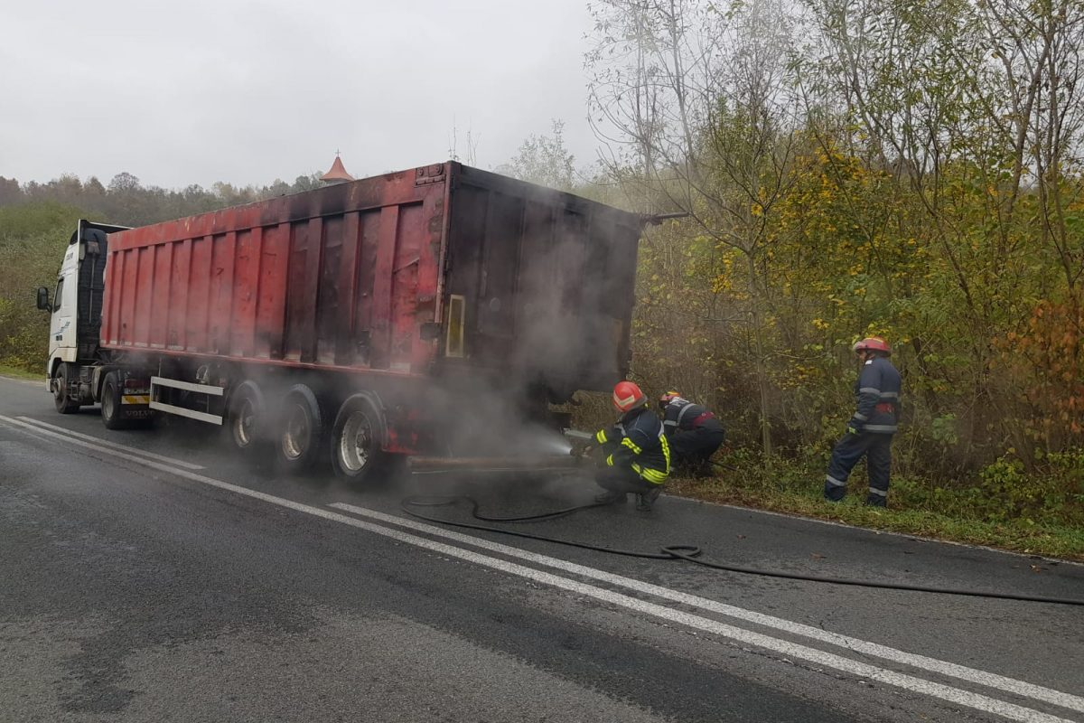 TIR încărcat cu cărbuni în flăcări