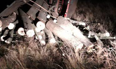 S-a răsturnat cu tractorul încărcat cu lemne, cel mai probabil tăiate ilegal