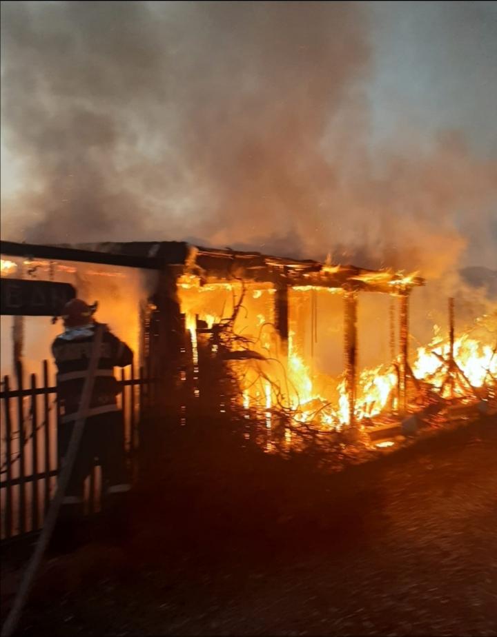 Incendiu puternic la o pensiune din Berzeasca