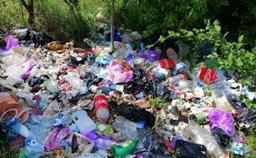 Tone de gunoaie zac în mica zonă rezidențială de lângă Aeroportul din Caransebeș