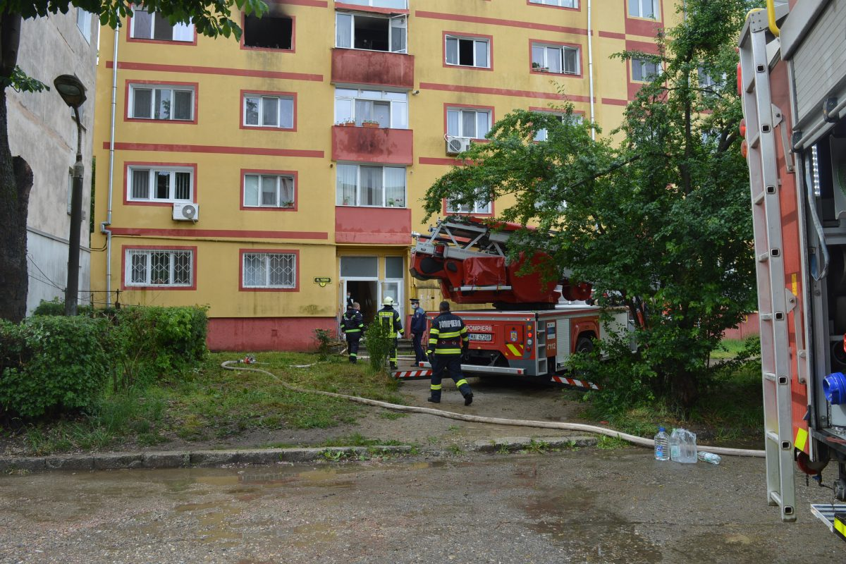 Incendiu puternic la un apartament de pe Aleea Tușnad din Reșița