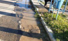 O conductă de apă spartă, la Moldova Noua, a lăsat fără apă potabila 6 blocuri  și o importanta strada!