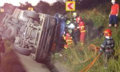 Grav accident rutier pe DN6, laSlatina Timiș, un tir cisternă încărcat cu bitum lichid, răsturnat în afara părții carosabile