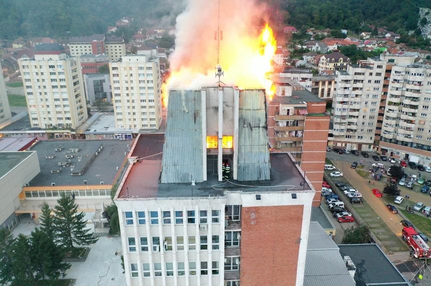 """Inspectoratul pentru Situaţii de Urgenţă """"Semenic"""" al judeţului Caraş-Severin a anunţat cauza producerii incendiului de la sediul Consiliului Judeţean, fiind vorba despre flacăra unei butelii cu arzător!"""