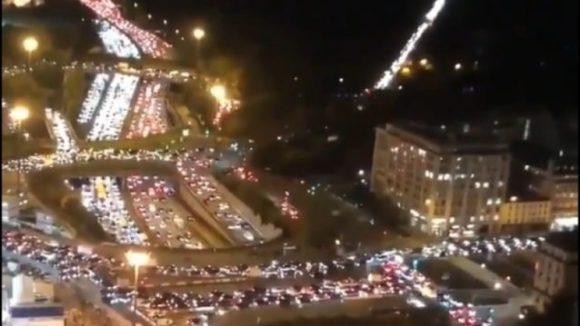 Imagini apocaliptice! Parizienii părăsesc oraşul înainte de intrarea în vigoare a carantinei. Cozile de maşini s-au întins pe sute de kilometri!