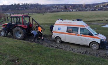 Romania 2021!O ambulanță a fost blocată în noroi! A fost nevoie de tractorul primăriei pentru ca medicii să ajungă la pacienta COVID-19!