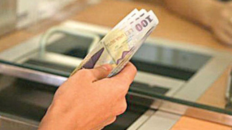 Românii care doresc să-și amâne ratele la bănci în acest an o pot face până luni.