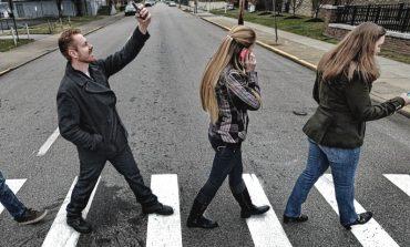 Pietonii care traversează strada regulamentar,vor fi amendati daca vorbesc la telefon!
